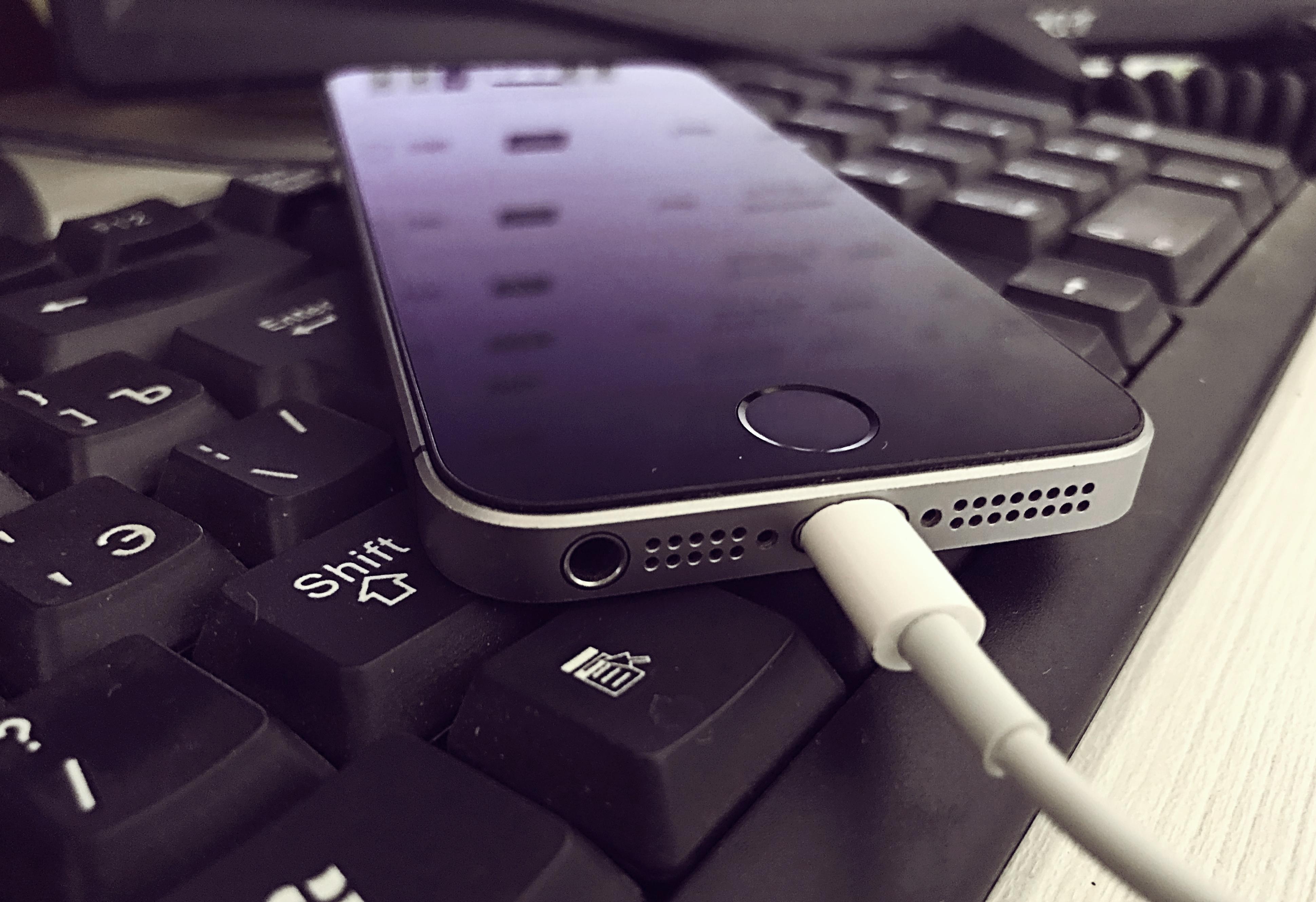 Почему телефон не заряжается?